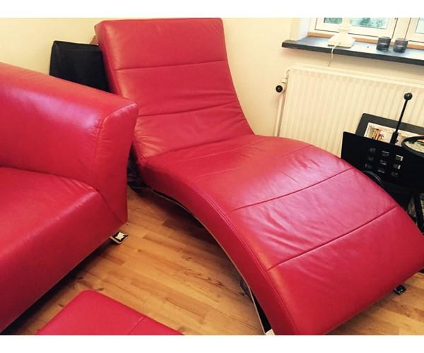 rød lædersofa med chaiselong